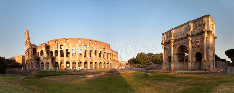 Panorama des Colosseum und des Bogens von Constantine lizenzfreie stockfotos