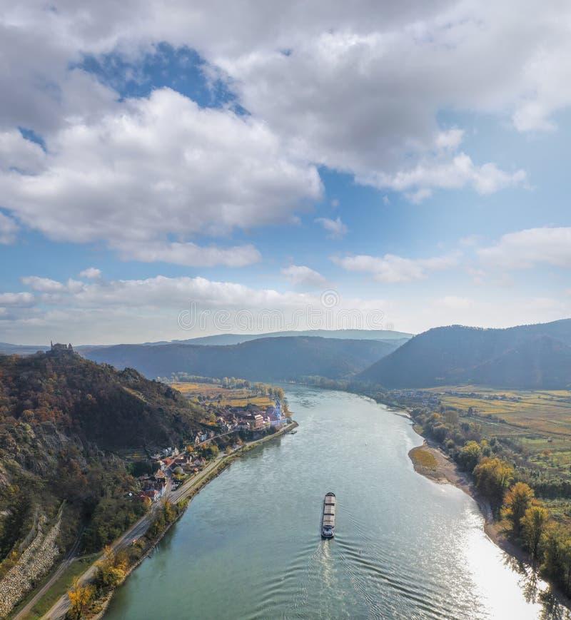 Panorama des Dorfes Duernstein mit Schloss und Donau im Herbst in Österreich lizenzfreie stockbilder