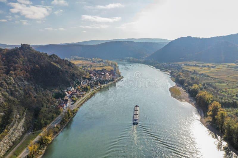 Panorama des Dorfes Duernstein mit Schloss und Donau im Herbst in Österreich lizenzfreies stockfoto