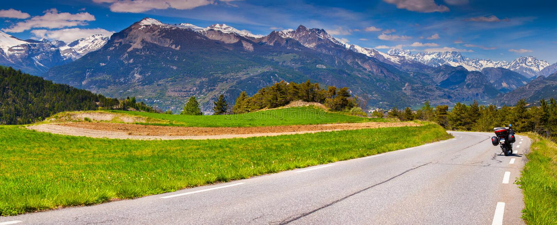 Panorama des Dorfs Guillestre des Durchlauf Col. de Vars lizenzfreie stockfotografie