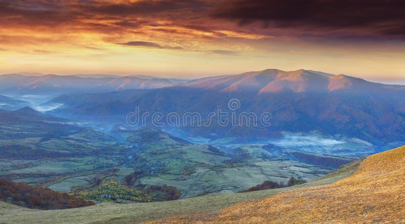 Panorama des drastischen Herbstsonnenuntergangs im Berg lizenzfreie stockfotografie