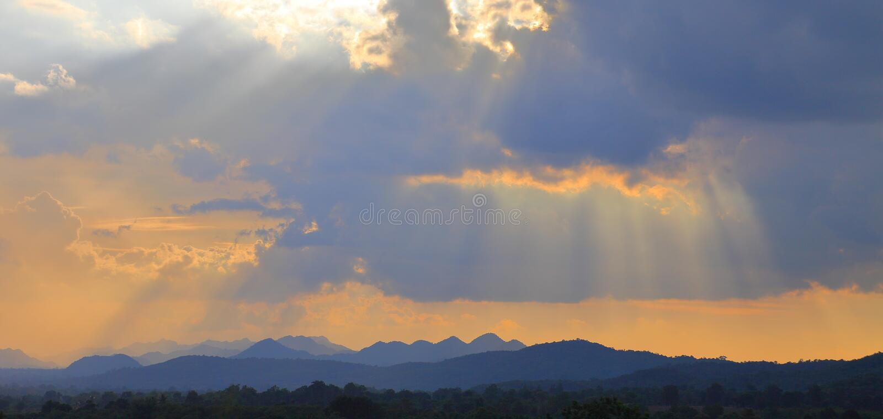 Panorama des drastischen Strahls des Sonnenlichtglanzes durch die Wolke mit Bergblick, Khaoyai, Thailand lizenzfreies stockbild