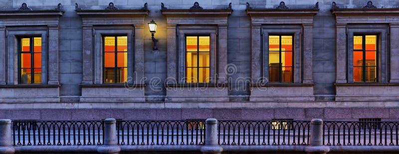 Panorama des fenêtres de l'ermitage à St Petersburg image libre de droits