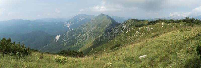 Panorama des Gebirgszugs Muzec-Berges in Julian Alps in Slowenien lizenzfreie stockfotos