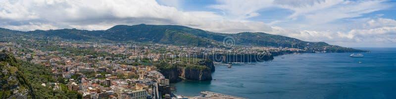 Panorama des Golfs von Sorrent, gesehen von der Stadt des Meta- lizenzfreie stockfotografie
