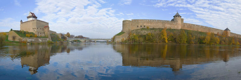 Panorama des Grenzflusses Narva, goldener Herbst Grenze von Estland und von Russland stockbild