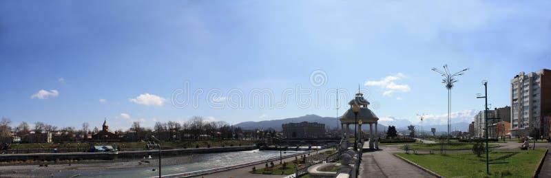 Panorama des Kais des Flusses Terek, Stadt von Vladi stockbild