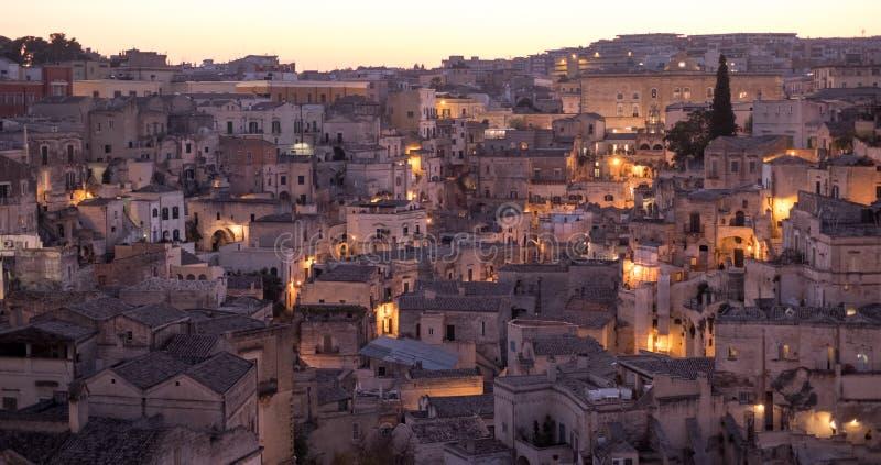Panorama des maisons construites dans la roche dans la ville de caverne de Matera, Basilicate, Italie du sud image stock