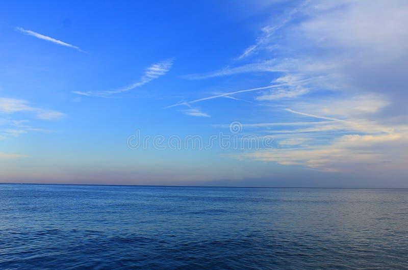 Panorama des Meeres mit Wolken stockfoto