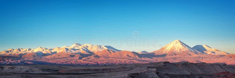 Panorama des Mond-Tales in Atacama-Wüste bei Sonnenuntergang, schneebedeckter Anden-Gebirgszug im Hintergrund Chile lizenzfreie stockbilder