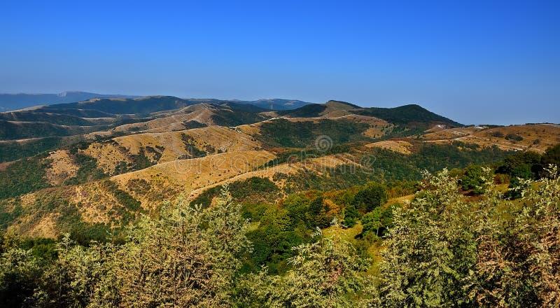 Panorama des montagnes avec le ciel bleu dans la région de la Russie Krasnodar photographie stock