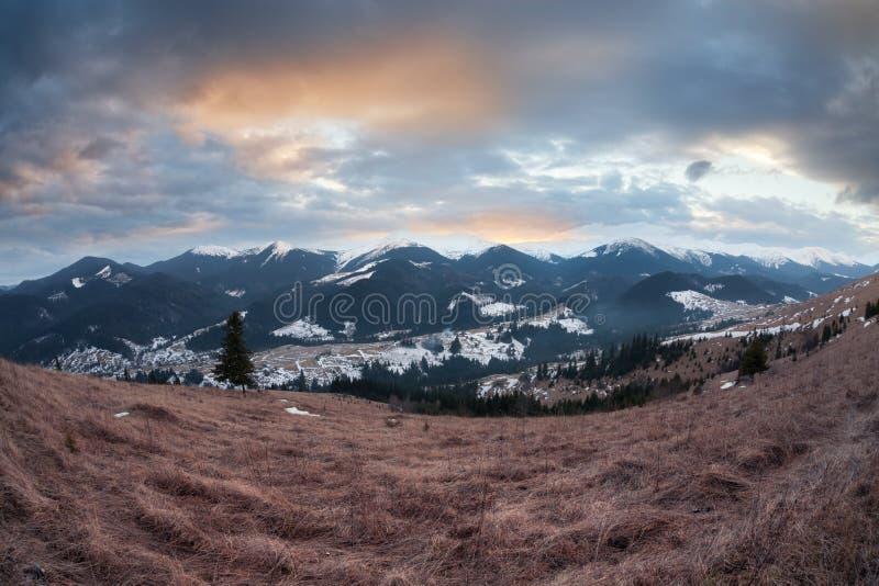 Panorama des montagnes carpathiennes d'hiver au coucher du soleil photographie stock