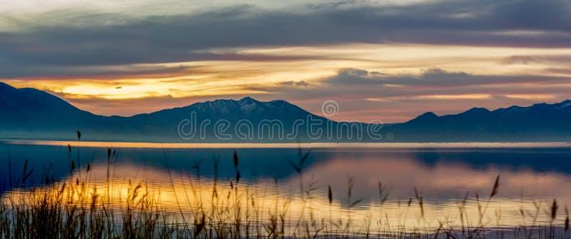 Panorama des montagnes et du lac au lever de soleil photographie stock libre de droits