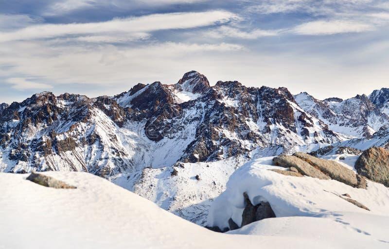 Panorama des montagnes neigeuses de Kazakhstan photographie stock libre de droits