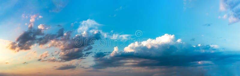 Panorama des nuages en ciel dans le coucher du soleil photographie stock libre de droits