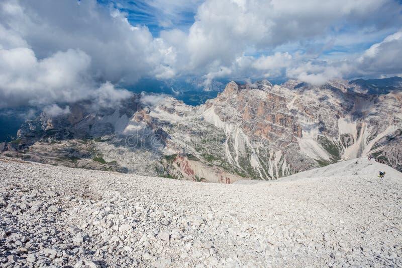 Panorama des oberen Teiles Travenanzes-Tales mit den Trekkers, die in Richtung zu 3244 Metern von Tofana-Gipfel steigen stockfotografie