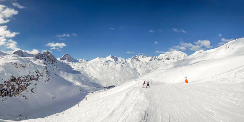 Panorama des pentes de ski chez Tignes, station de sports d'hiver dans les Alpes France photo stock
