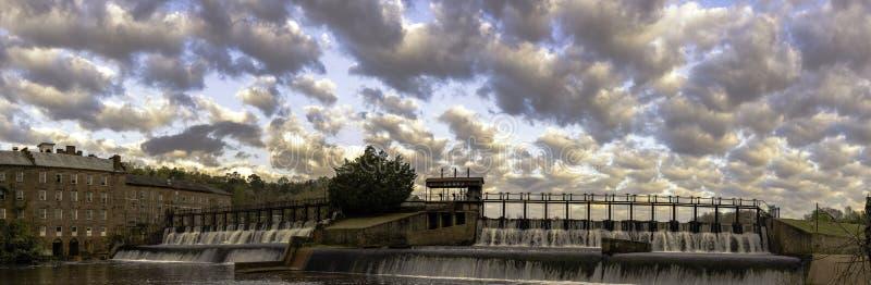 Panorama des Prattville-Mühlteichwasserfalls stockfotos
