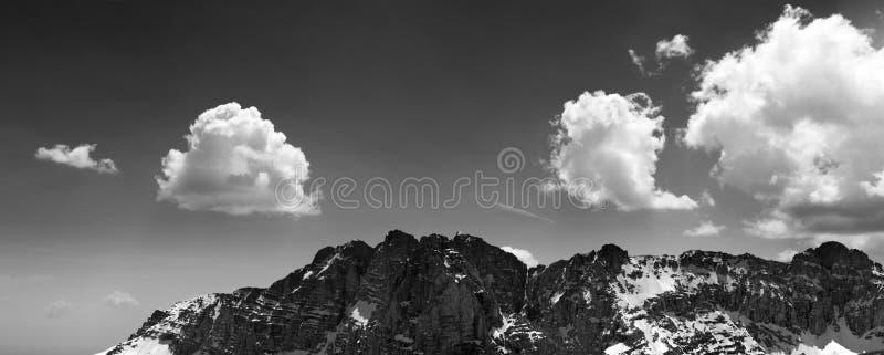 Panorama des roches neigeuses et du ciel bleu avec des nuages photographie stock libre de droits