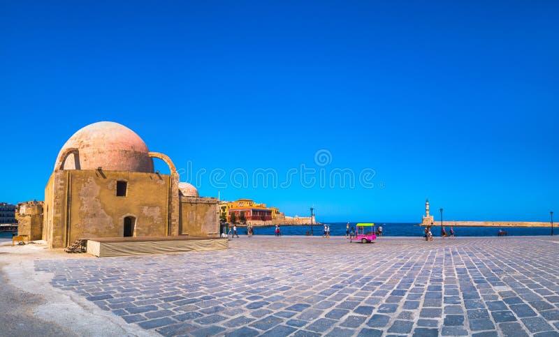 Panorama des schönen alten Hafens von Chania mit dem erstaunlichen Leuchtturm, Moschee, venetianische Werfte, bei Sonnenuntergang lizenzfreie stockfotografie