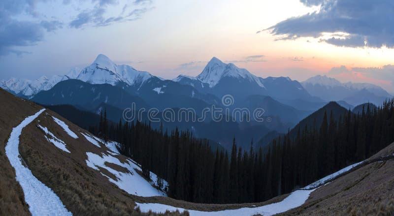 Panorama des schönen Frühlingsmorgens in den Karpatenbergen Tal mit trockenem Gras und Schnee, transparente Frischluft, dicht lizenzfreie stockbilder