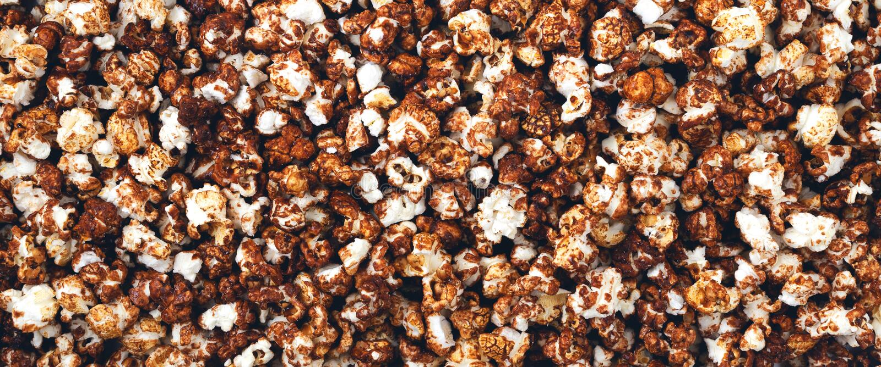 Panorama des Schokoladenpopcorns stockbild