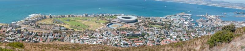 Panorama des Seepunktes, des grünen Punktes, der Ufergegend und des Hafens lizenzfreies stockfoto