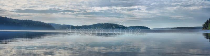 Panorama des Sees mit Nebel an der Dämmerung lizenzfreie stockbilder