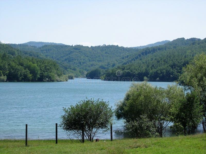 Panorama des Sees von Scandarello nahe Amatrice in der Mitte von Italien lizenzfreie stockfotografie