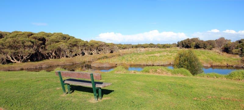 Panorama des Sitzes schauend über dem See lizenzfreie stockbilder