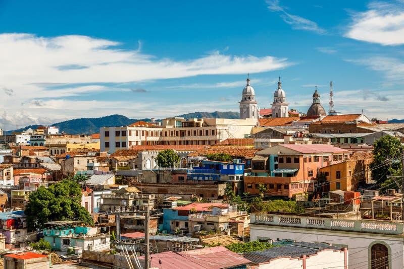 Panorama des Stadtzentrums mit alten Häusern und schlechten Elendsviertelblöcken stockbilder
