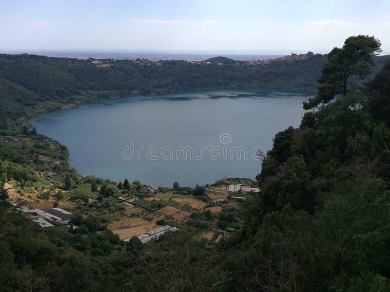 Panorama des vulkanischen Sees von Nemi nahe Rom Italien lizenzfreie stockbilder