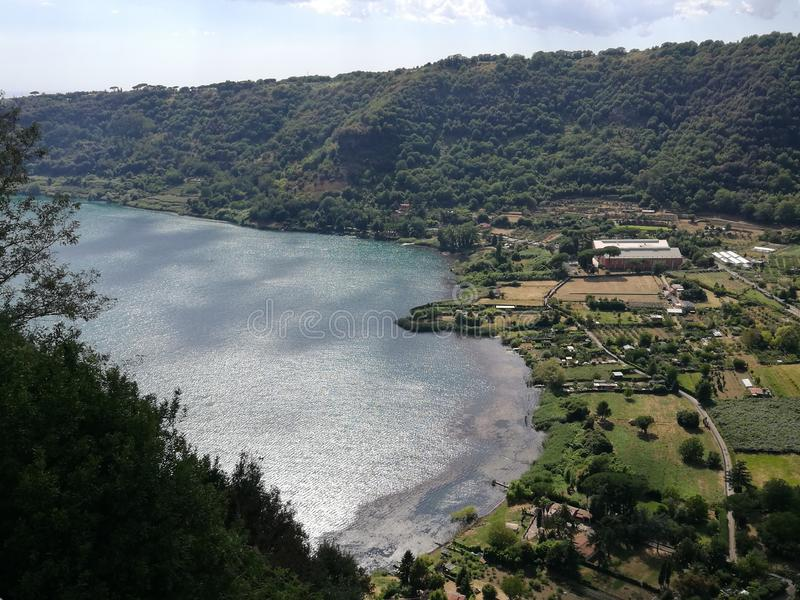 Panorama des vulkanischen Sees von Nemi nahe Rom Italien lizenzfreies stockfoto