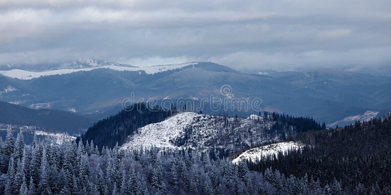 Panorama des Wintergebirgstales stockfotos