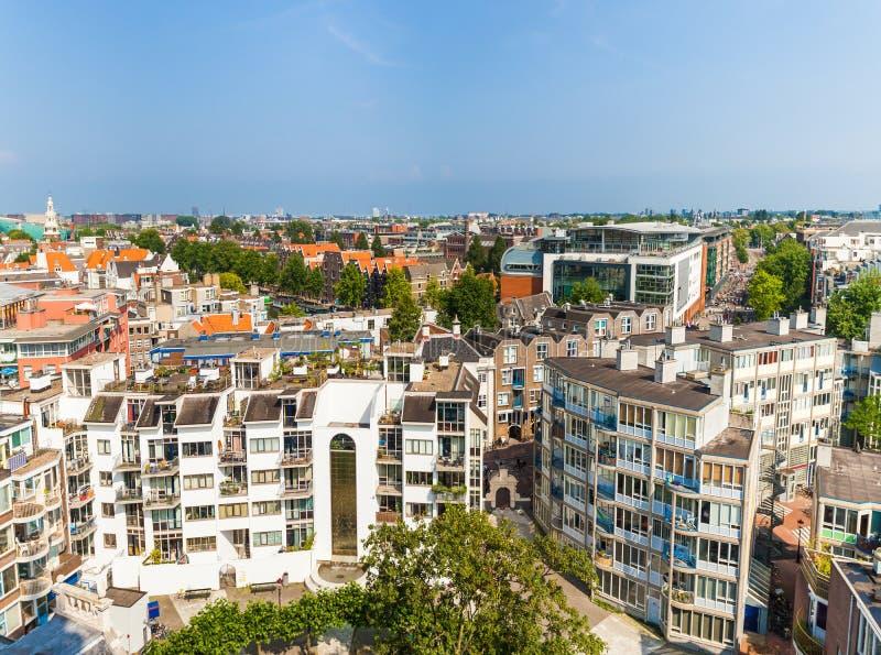 Panorama des zones résidentielles à Amsterdam Silhouette d'homme se recroquevillant d'affaires La Hollande, Pays-Bas photographie stock