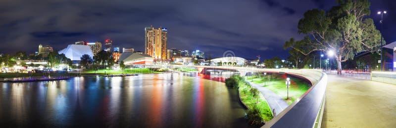 Panorama di Adelaide in Australia Meridionale alla notte immagine stock