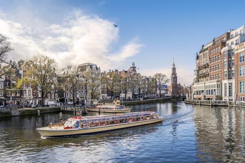 Panorama di Amsterdam con la barca turistica, Paesi Bassi immagini stock libere da diritti