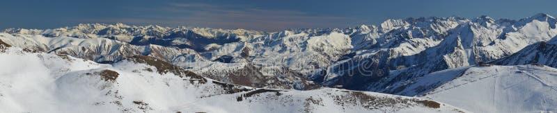 Panorama di Aure Valley in Hautes Pirenei dalla cima fotografia stock libera da diritti