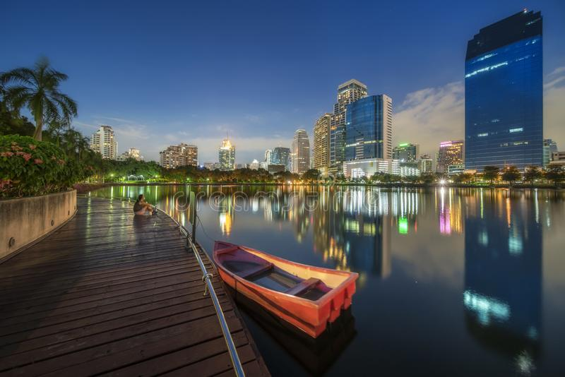Panorama di Bangkok Cityscapr con l'orizzonte della costruzione della città del grattacielo in città il moderno immagini stock libere da diritti