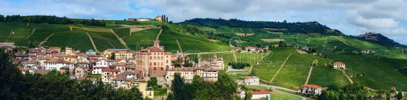 Panorama di Barolo Piemonte, Italia fotografia stock libera da diritti