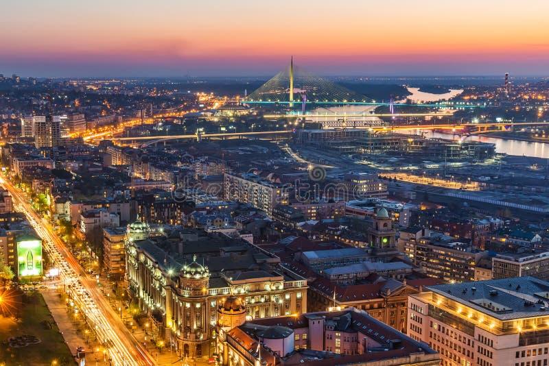 Panorama di Belgrado alla notte Colpo aereo di Belgrado fotografie stock