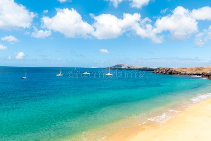 Panorama di bella spiaggia e del mare tropicale di Lanzarote canarie immagini stock libere da diritti