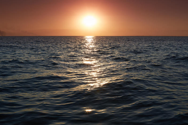 Panorama di bello tramonto sul mare Paesaggio luminoso di orizzonte sopra acqua Tramonto drammatico con il cielo di colore e le o immagine stock libera da diritti