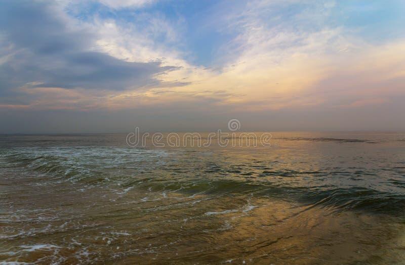 Panorama di bello tramonto sull'oceano immagini stock libere da diritti