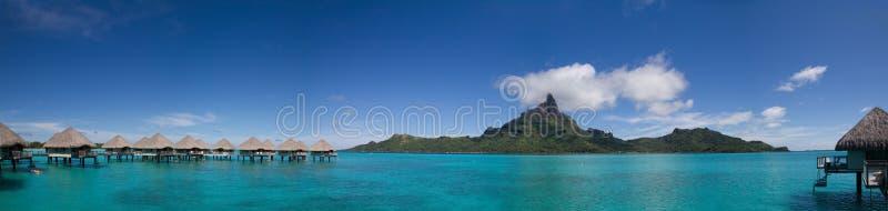 Panorama di Bora Bora con i bungalow di Overwater immagine stock