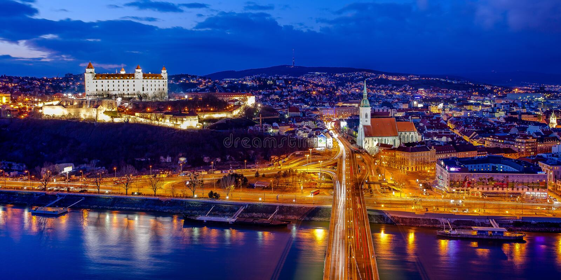 Panorama di Bratislava alla notte fotografia stock