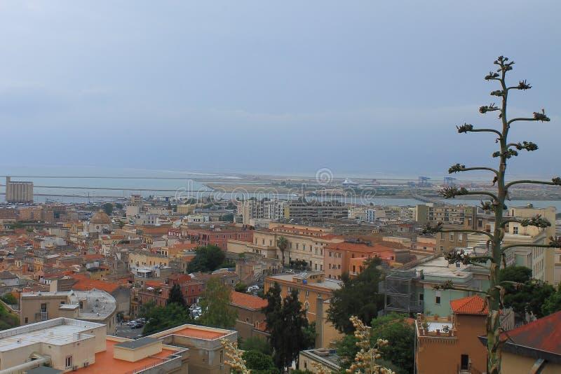 Panorama di Cagliari Sardegna Italia dal santuario della nostra signora di Bonaria immagini stock libere da diritti