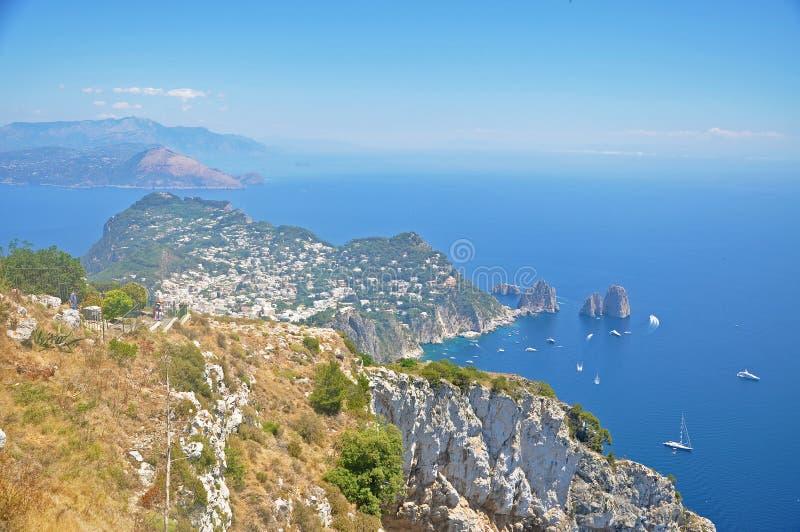Panorama di Capri e di trascuratezza dell'una delle lagune fotografia stock