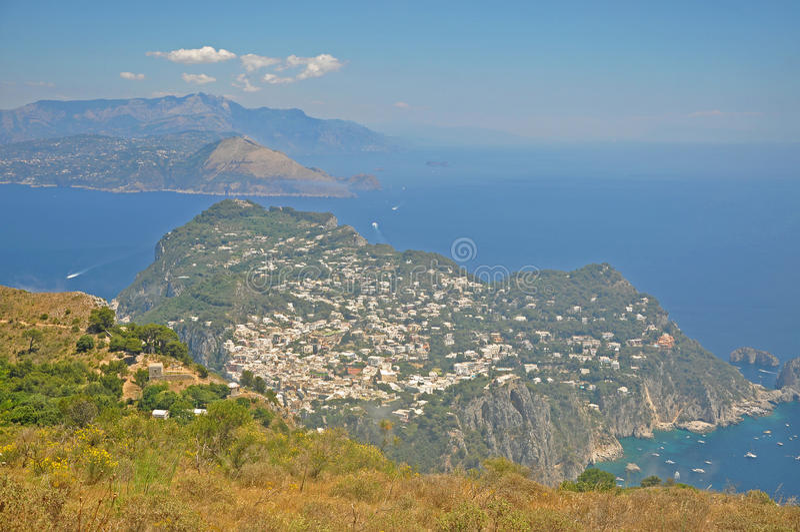 Panorama di Capri e di trascuratezza dell'una delle lagune immagini stock libere da diritti