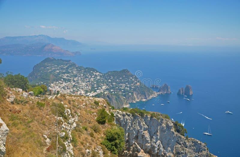 Panorama di Capri e di trascuratezza dell'una delle lagune immagini stock
